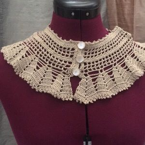 Knitted collar with pearl buttons